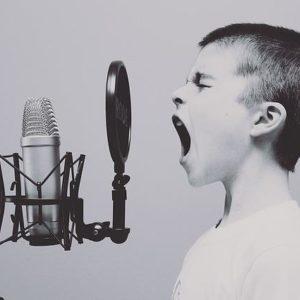 Enfant criant devant un micro
